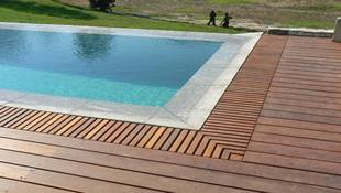 Pool with rim flow on both ends and a removable bill grid